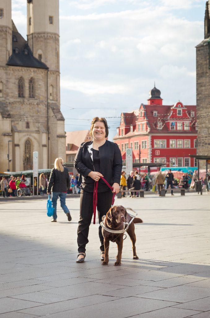 Portraitaufnahme auf dem Halleschen Marktplatz mit meinem Blindenführhund Lisa