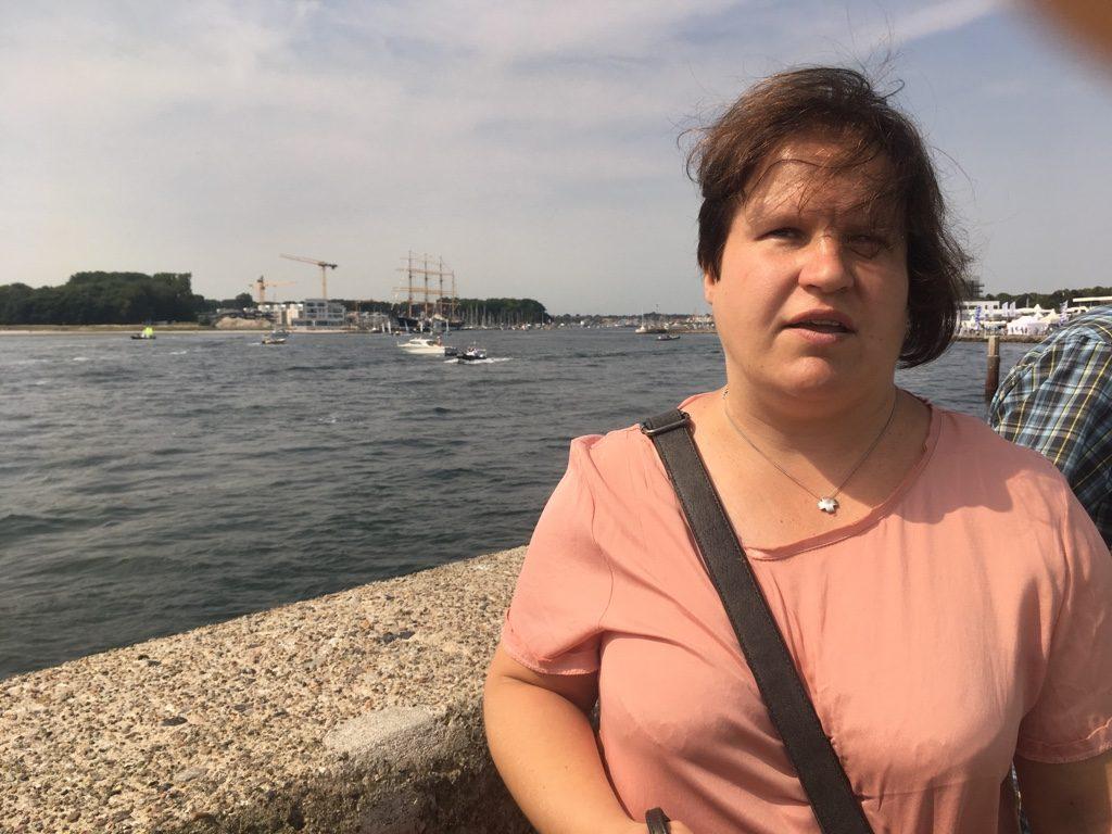 Auf der Nordmole in Travemünde mit Segelbooten im Hintergrund